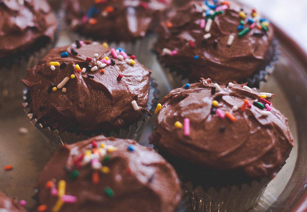 cupcakes_chocolate-sprinkles