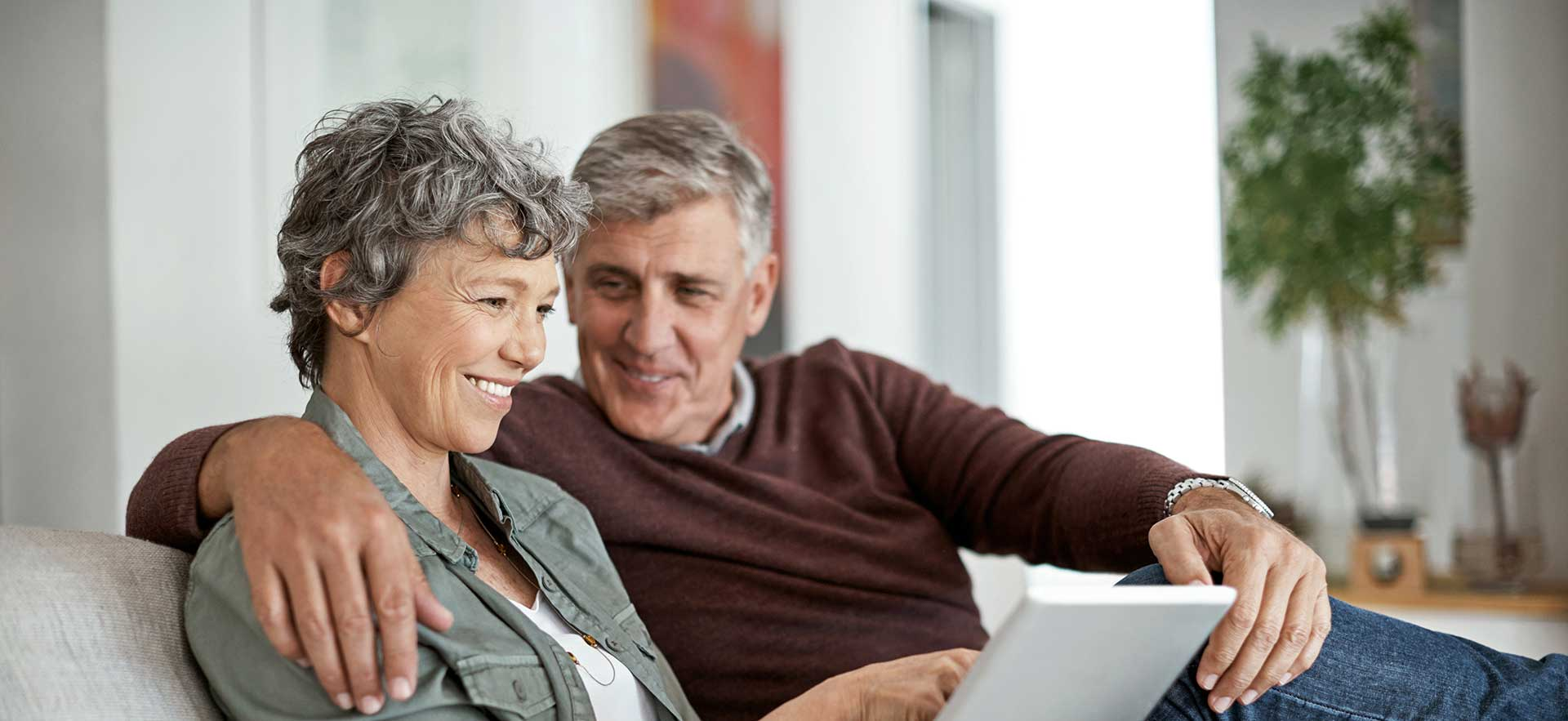 Banner_couple-browsing-web-on-couch